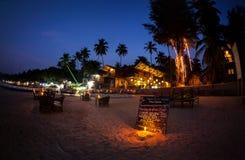 Romantisk strand på natten i Goa royaltyfri fotografi