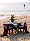 Romantisk strand som äter middag inställningen royaltyfri fotografi