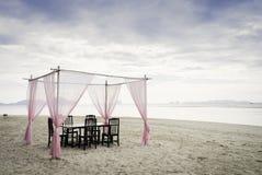 Romantisk strandmatställe Arkivbilder