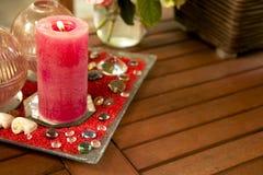 Romantisk tabell med den röda stearinljuset Fotografering för Bildbyråer