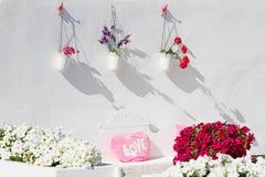Romantisk terrass med blommor Arkivbild