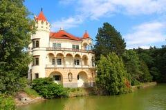 Romantisk tjeckisk slott reflekterad i vattnet Royaltyfri Bild