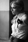 Romantisk ung kvinna nära ett fönster Fotografering för Bildbyråer