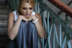 Romantisk ung kvinna som sitter på trappa Arkivfoton
