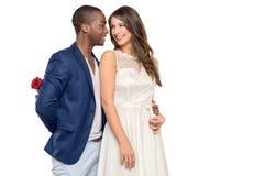 Romantisk ung man som omfamnar hans flickvän Royaltyfri Foto