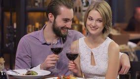 Romantisk valentindag för unga lyckliga par stock video
