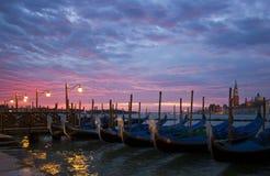 Romantisk Venedig soluppgång med gondoler Royaltyfri Foto