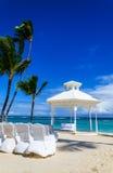 Romantisk vit gazebo i de exotiska karibiska trädgårdarna med palmträd Arkivbilder