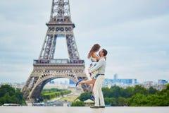 Romantiska älska par som har ett datum nära Eiffeltorn royaltyfri foto