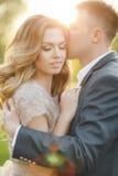 Romantiska ögonblick av ett ungt bröllop kopplar ihop på sommaräng Arkivfoto
