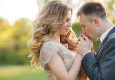 Romantiska ögonblick av ett ungt bröllop kopplar ihop på sommaräng Royaltyfria Bilder
