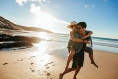 Romantiska barnpar som tycker om sommarferier Arkivfoto