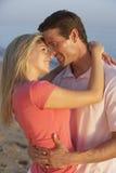 Romantiska barnpar som tycker om strandferie Royaltyfria Foton