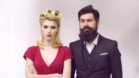 Romantiska förälskelsepar för Retro hipster - rolig framsida - industriell inställning för tappning Par i retro gammal stil Retro lager videofilmer