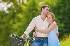 Romantiska förhållanden Unga avslappnande par i parkera Togeth Arkivfoton