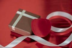 Romantiska gåvor i heder av valentin dag, röda hjärta och fall arkivbilder