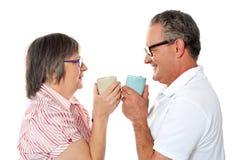 Romantiska höga gammala par som tycker om kaffe Arkivfoton