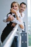 Romantiska happpy par på balkong Arkivbilder