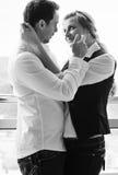 Romantiska happpy par på balkong Arkivfoton