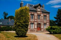 Romantiska industriella hus i staden av Yport Habour, Normandie under molnig himmel Fotografering för Bildbyråer