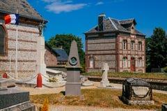 Romantiska industriella hus i staden av Yport Habour, Normandie under molnig himmel Arkivfoto