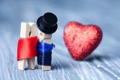 Romantiska klädnypapar Förälskelsebegreppsvykort Royaltyfria Bilder
