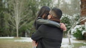 Romantiska latinska par som omfamnar förälskat skratta ha gyckel Latinamerikanskt le för man som och för kvinna är lyckligt i Gat