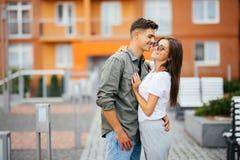 Romantiska lyckliga par för sommarferier som, för förälskelse, för lopp, för turism, för förhållande och för datummärkningbegrepp fotografering för bildbyråer