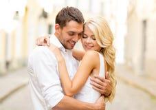 Romantiska lyckliga par som kramar i gatan Royaltyfri Foto