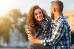 romantiska meningar Förtjust man som trycker på hennes frus hår arkivfoto