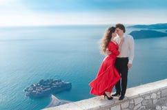 Romantiska omfamna par bredvid det blåa havet Förälskelse Modeflicka in Arkivbild