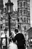Romantiska par av nygifta personer Gifta sig near sexiga par kast på den utomhus- slotten fotografering för bildbyråer