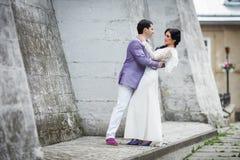 Romantiska par av valentin som kramar nära den gamla slottväggen Royaltyfri Foto