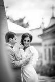 Romantiska par av valentin som kramar nära gammal slottväggb&w Royaltyfria Bilder