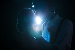 Romantiska par backlit med ett blått ljus royaltyfri foto