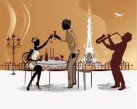 Romantiska par dricker kaffe i det Paris kafét med en sikt av Eiffeltorn Arkivfoto