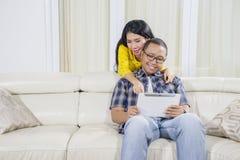 Romantiska par genom att använda en minnestavla hemma arkivfoto