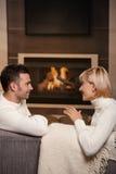 Romantiska par hemma royaltyfri foto