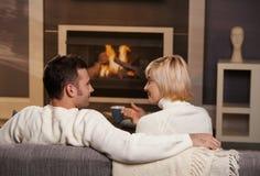 Romantiska par hemma royaltyfria bilder