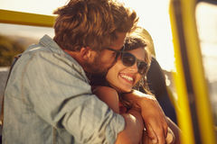 Romantiska par i en bil på sommarferie Arkivbild