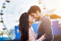Romantiska par i framdel av Santa Monica Fotografering för Bildbyråer