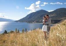 Romantiska par i gräs- fält Arkivbilder