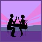 Romantiska par i havet sätter på land restaurangen på uppsättningen av solen Fotografering för Bildbyråer