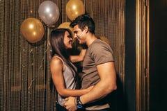 Romantiska par i nattklubben royaltyfri foto