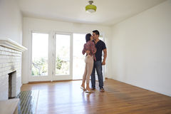 Romantiska par i nytt hem på rörande dag royaltyfri bild