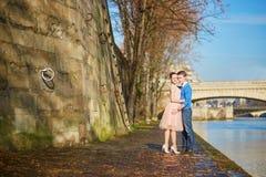 Romantiska par i Paris, Frankrike royaltyfri bild