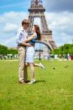 Romantiska par i Paris nära Eiffeltorn Fotografering för Bildbyråer