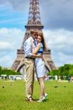 Romantiska par i Paris nära Eiffeltorn Arkivbild