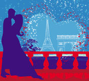 Romantiska par i Paris som kysser nära Eiffeltorn Royaltyfria Foton