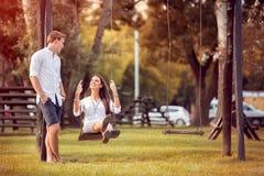 Romantiska par i parkerahösten royaltyfria bilder